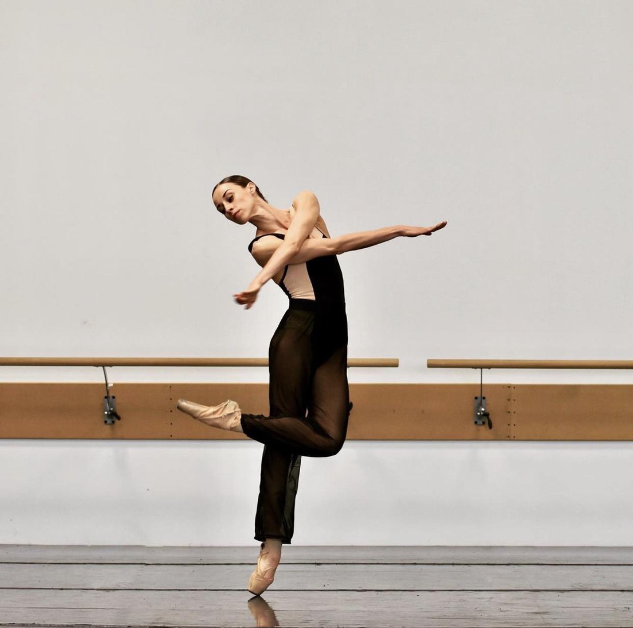 Femme qui danse le ballet Three W.O.A.L